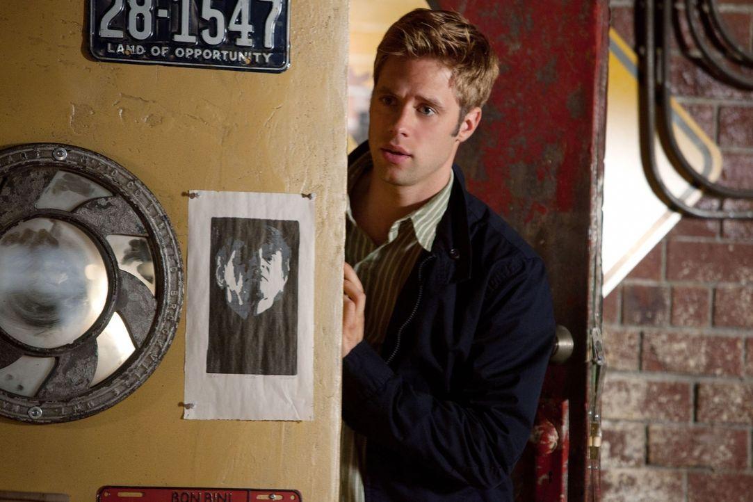 Fühlt sich von seiner Schülerin Lux angezogen: Eric (Shaun Sipos)... - Bildquelle: The CW   2010 The CW Network, LLC. All Rights Reserved
