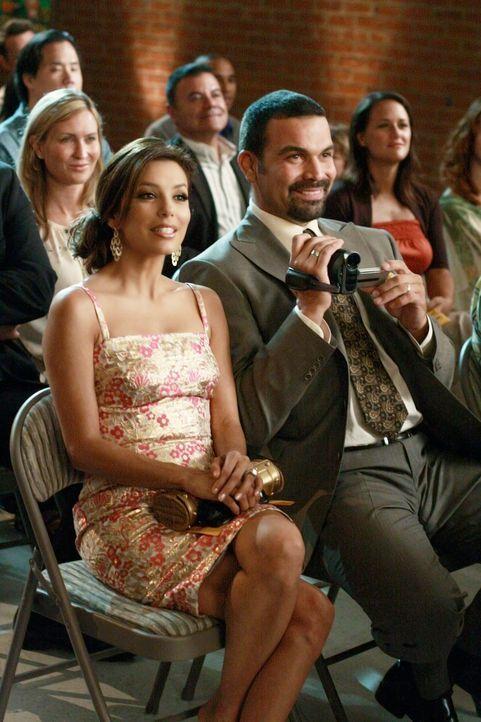Besuchen eine Schulaufführung von Juanita - mit ungeahnten Folgen: Gabrielle (Eva Longoria, l.) und Carlos (Ricardo Antonio Chavira, r.) ... - Bildquelle: ABC Studios
