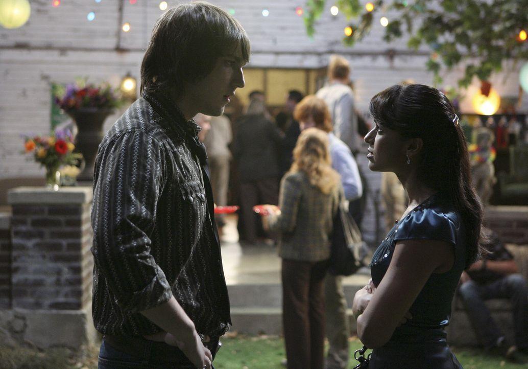 Rebecca (Dilshad Vadsaria, l.) möchte ihren Vater mit der Beziehung zu Cappie (Scott Michael Foster, l.) ärgern, indem sie ihren Freund absichtlich... - Bildquelle: ABC Family