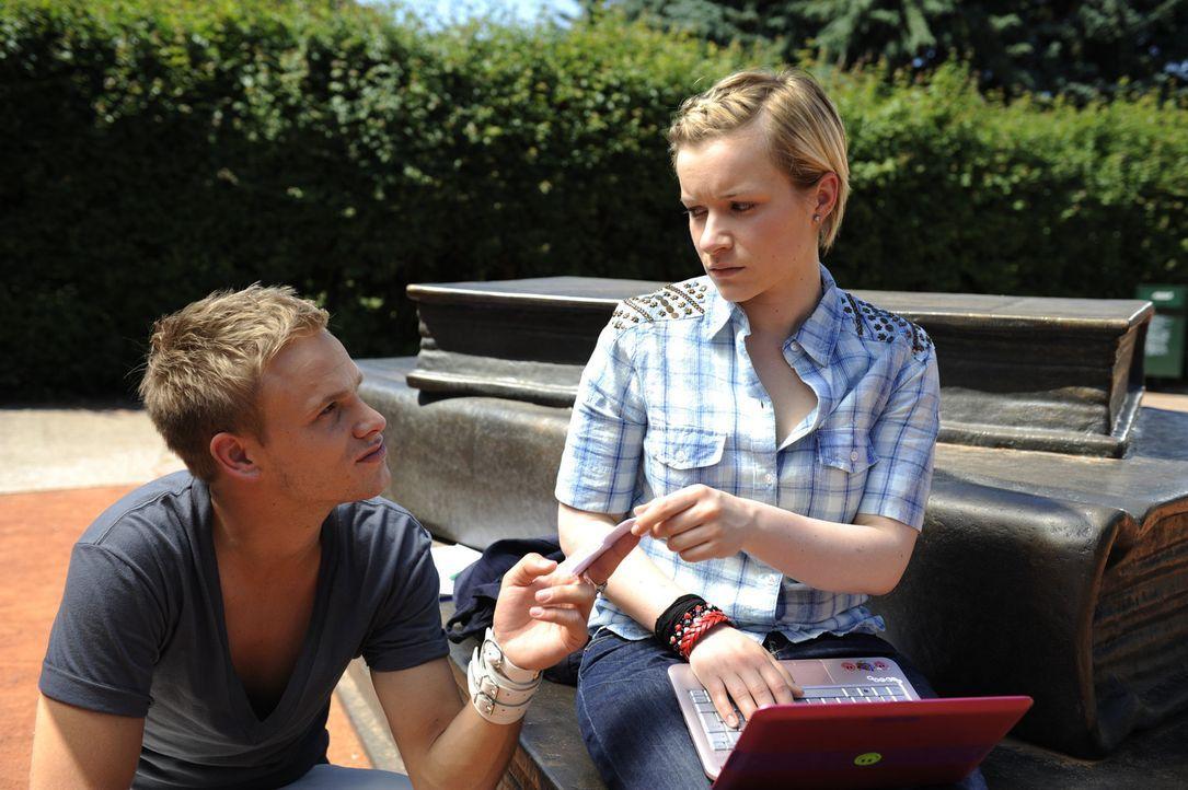 Emma (Kasia Borek, r.) erfährt durch ein Video von Ronnie (Frederic Heidorn, l.), von Jennys Drogenvergangenheit ... - Bildquelle: SAT.1