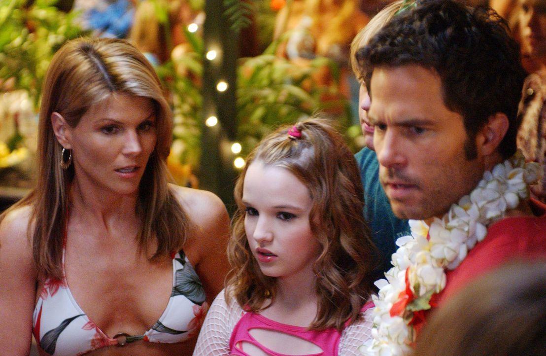 Auf der alljährlichen Lua Party kommt es zu überraschenden Geständnissen: Nikki (Kay Panabaker, M.), Johnny (Shawn Christian, r.) und Ava (Lori L... - Bildquelle: CBS Television