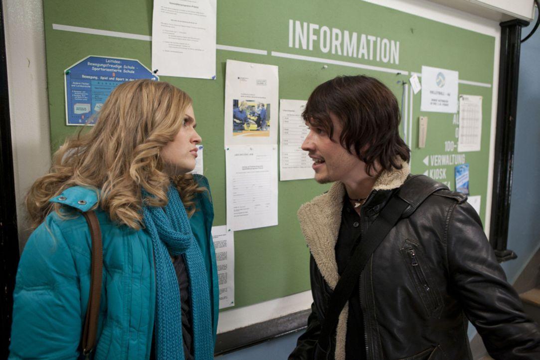 Nachdem Ben (Christopher Kohn, r.) von Bea erfahren hat, dass Caro (Sonja Bertram, l.) schwanger ist, stellt er diese wütend zur Rede ... - Bildquelle: SAT.1
