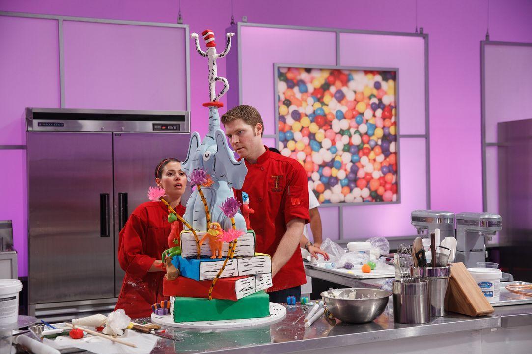 Bei der Arbeit an der Vanille Torte der finalen Challenge ist Vorsicht geboten. Doch Kandidat Cameron Tinker (r.) und seine Assistentin Tracie Tinke... - Bildquelle: Emile Wamsteker 2016,Television Food Network, G.P. All Rights Reserved