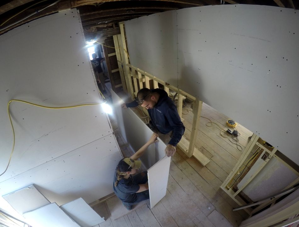 Es ist der erste Hausumbau für Michele (l.) und Kris (r.) und sie sind entschlossen mit einem Renovierungsbudget von 60.000 Dollar eine attraktive I... - Bildquelle: 2016,DIY Network/Scripps Networks, LLC. All Rights Reserved