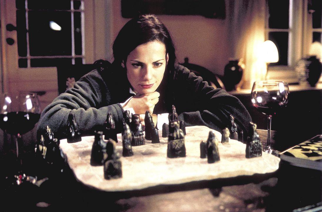 Noch fehlen Jill (Bettina Zimmermann) einige Figuren des ältesten Schachspiels der Welt. Doch sie ahnt schon, wie sie die kleinen Statuen in ihren... - Bildquelle: Jeanne Degraa ProSieben