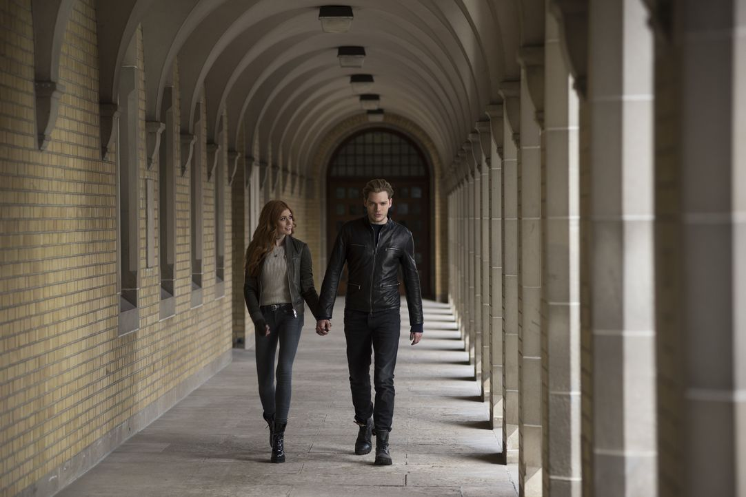 Clary Fray (Katherine McNamara, l.); Jace Wayland (Dominic Sherwood, r.) - Bildquelle: John Medland Constantin Film Verleih GmbH / John Medland