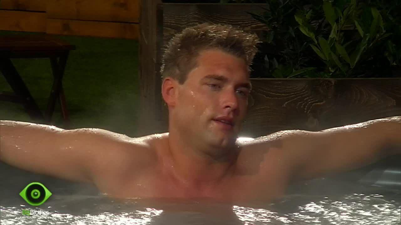 Kevin im Pool