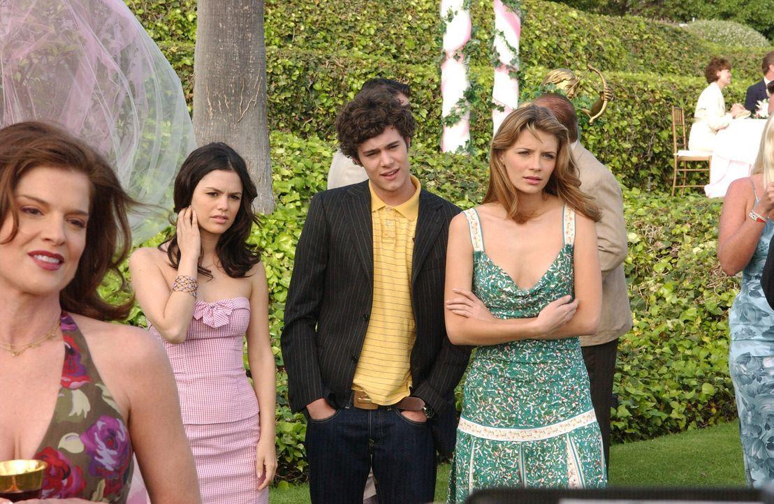 Sind auf Julies Reaktion gespannt, wenn sie Cindy erblickt: Summer (Rachel Bilson, l.), Seth (Adam Brody, M.) und Marissa (Mischa Barton, r.) ... - Bildquelle: Warner Bros. Television