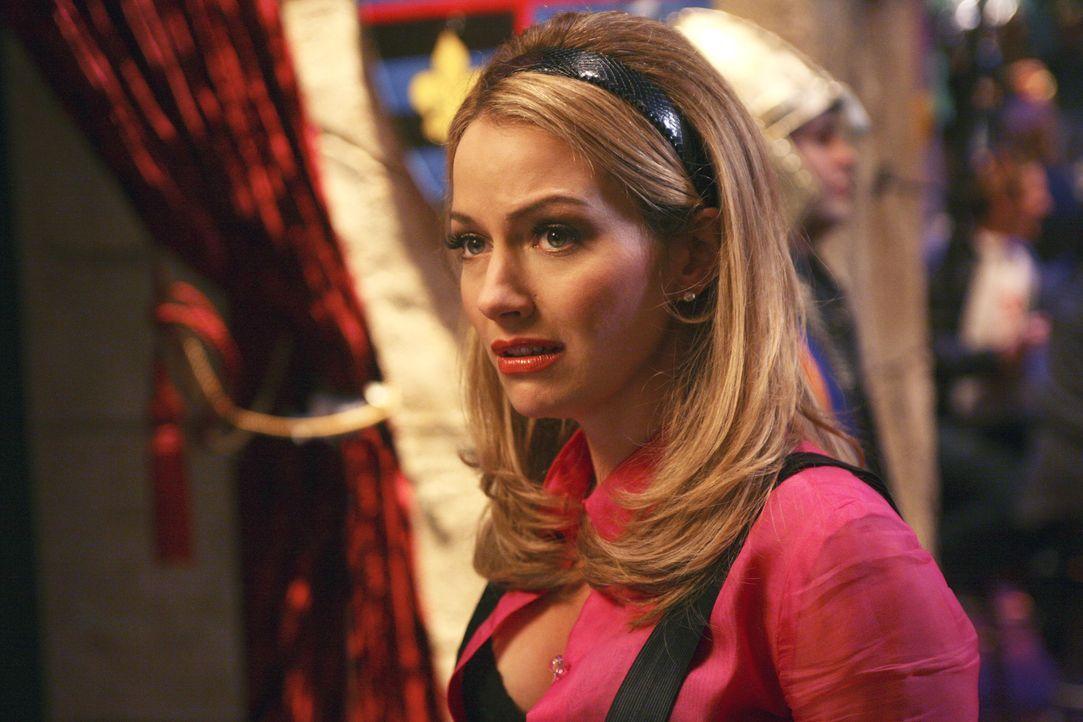 """Am Sekretärinnen-Tag von """"Mode"""" flirtet Amanda (Becki Newton) mit einem vermeintlich schwulen Designer ... - Bildquelle: Buena Vista International Television"""