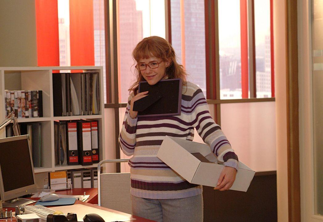 Lisa (Alexandra Neldel) packt in ihrem neuen Büro ihre Sachen aus. Sie kann es kaum fassen: Ab sofort ist sie David ganz nahe! (Dieses Foto von Ale... - Bildquelle: Sat.1