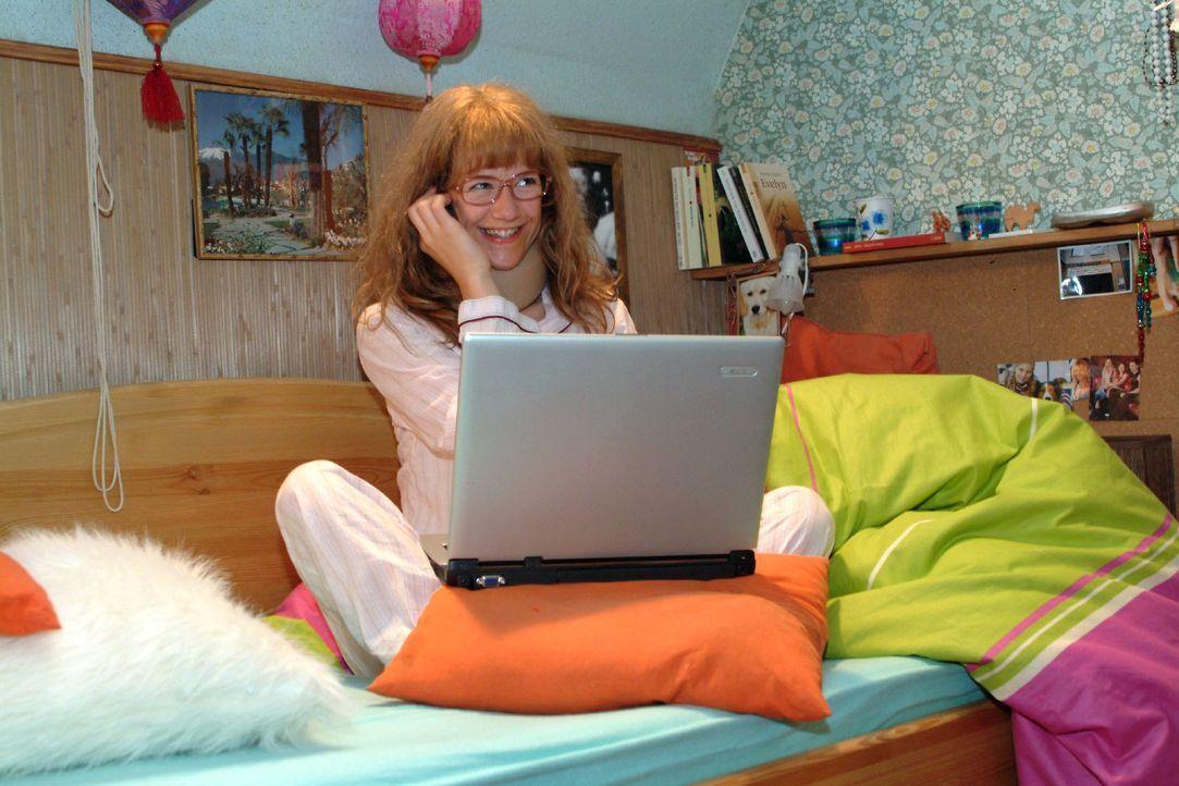 Lisa (Alexandra Neldel) kann es nicht lassen - und arbeitet schon wieder. (Dieses Foto von Alexandra Neldel darf nur in Zusammenhang mit der Bericht... - Bildquelle: Monika Schürle SAT.1 / Monika Schürle
