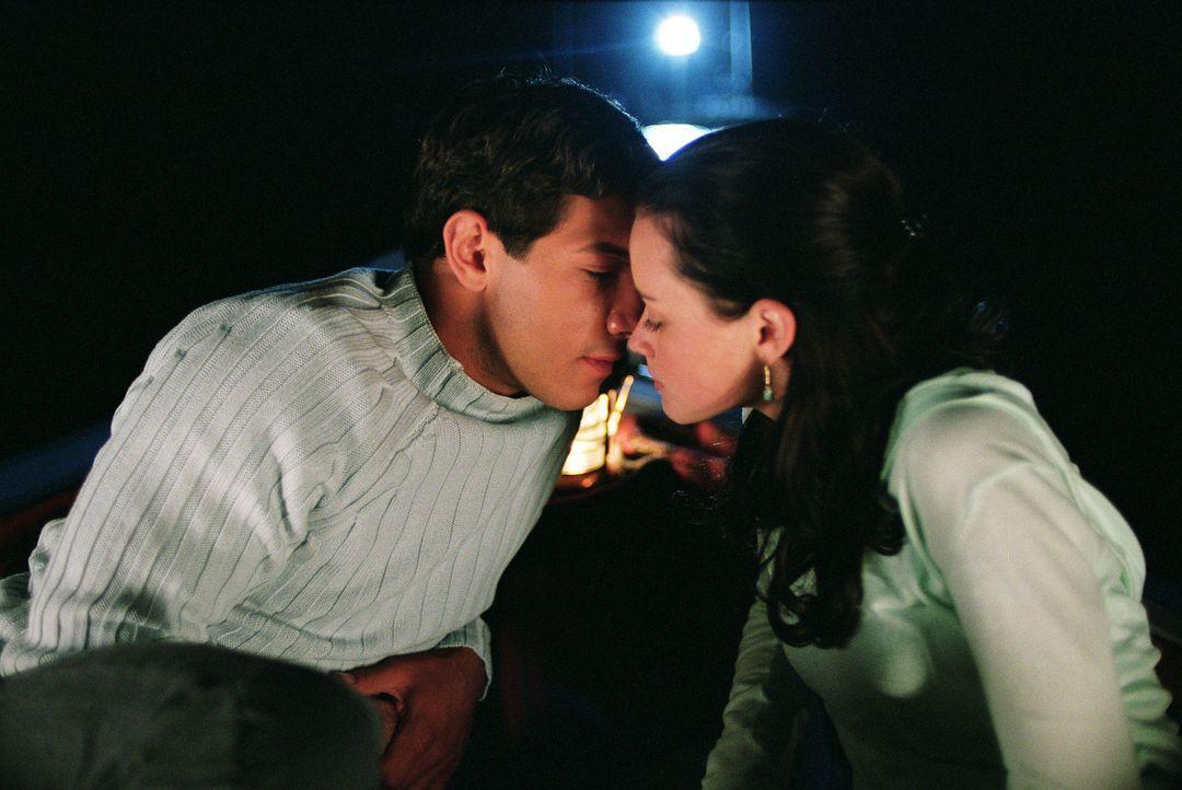 Zwischen Lena (Alexis Bledel, r.) und Kostos (Michael Rady, l.) funkt es sofort, doch Lenas Großeltern verbieten ihr den Umgang mit Kostos, da dess... - Bildquelle: Warner Bros.