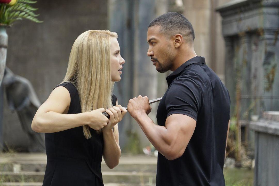 Ist es wirklich eine gute Idee von Rebekah (Claire Holt, l.), sich Marcel (Charles Michael Davis, r.) alleine entgegen zu stellen? - Bildquelle: 2016 Warner Brothers