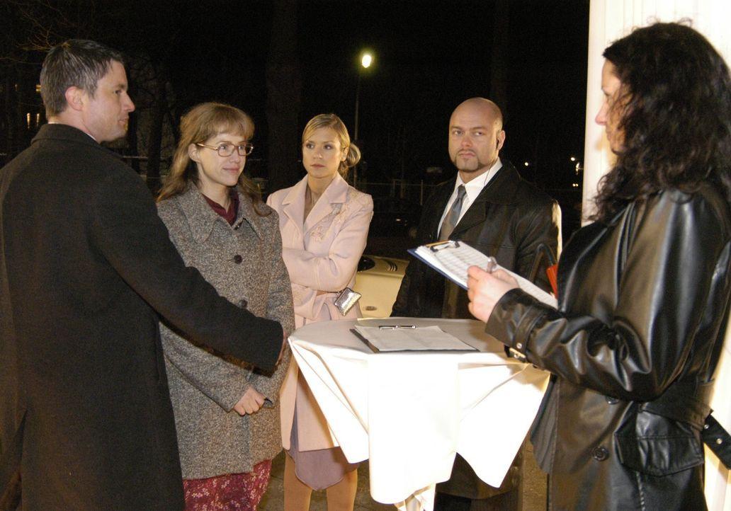 Sabrina (Nina-Friederike Gnädig, M.) ist überrascht, als Lisa (Alexandra Neldel, 2.v.l.) plötzlich auf der Abschiedsparty von Davids Vater Friedr... - Bildquelle: Sat.1