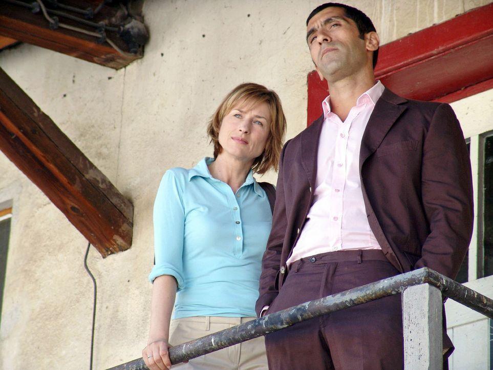 Eva (Corinna Harfouch, l.) und Alyans (Erdal Yildiz, r.) ermitteln. - Bildquelle: Sat.1