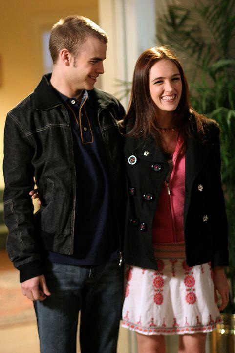 Simon (David Gallagher, l.) möchte seiner großen Liebe Rose (Sarah Thompson, r.) schonend erklären, warum er nicht mit ihr schlafen will ... - Bildquelle: The WB Television Network