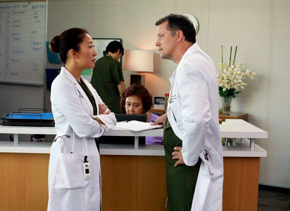 Cristina (Sandra Oh, l.) muss Dr. Parker (Steven Culp, r.) ihre Teamfähigkeit beweisen, während es zwischen Jackson und April zu Spannungen kommt, a... - Bildquelle: ABC Studios