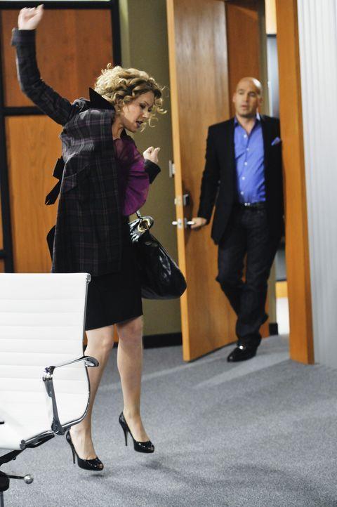 Vor lauter Freude über ihr eigenes Büro bemerkt Samantha (Christina Applegate, l.) nicht, dass sie von ihrem neuen Chef Winston Funk (Billy Zane,... - Bildquelle: 2008 American Broadcasting Companies, Inc. All rights reserved.