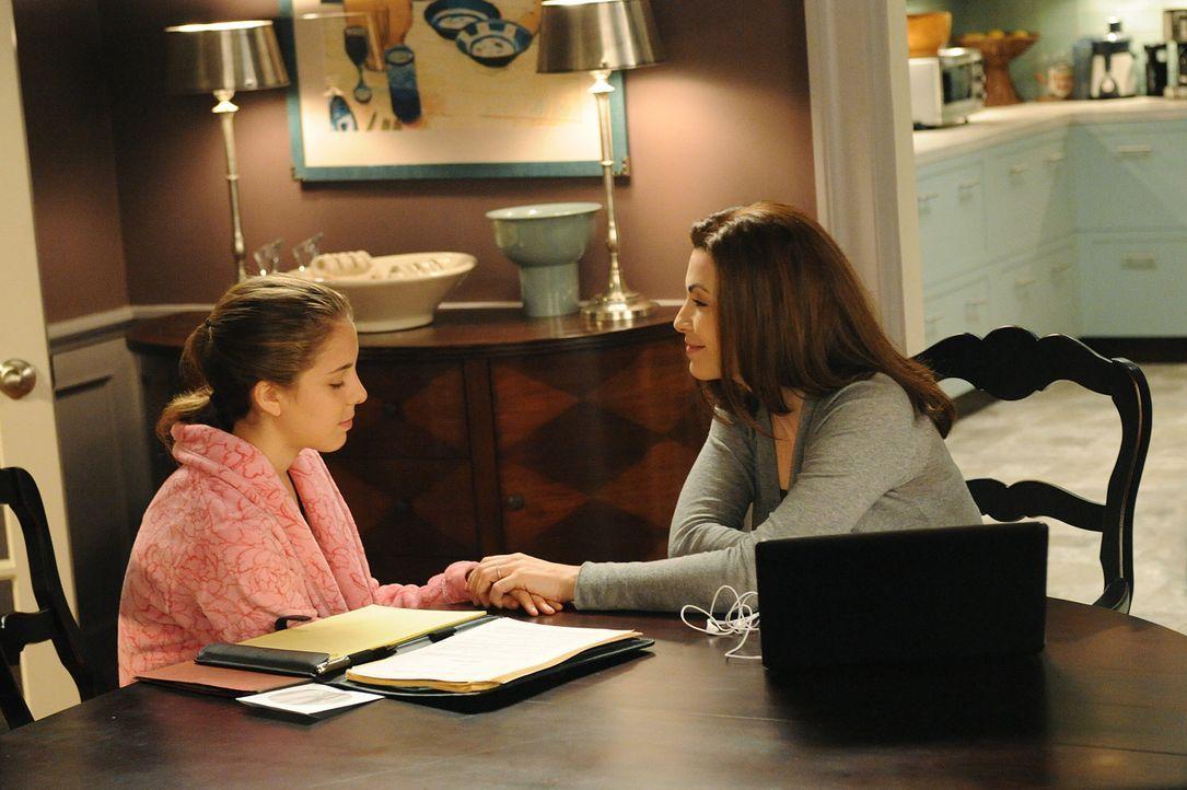 Frauengespräche: Alicia (Julianna Margulies, r.) und ihre Tochter Grace (Mackenzie Vega, l.) ... - Bildquelle: CBS Studios Inc. All Rights Reserved.