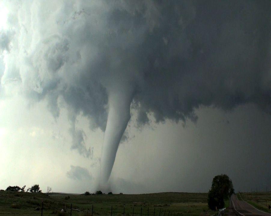 Wenn aus Spaß bitterer Ernst wird: Als Meteorologie-Studenten einen Tornado jagen, werden sie in dem gefährlichen Wirbelsturm gefangen ... - Bildquelle: 2011, The Travel Channel, L.L.C. All Rights Reserved.