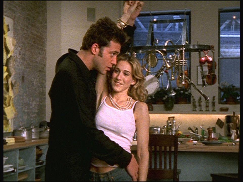 """Carrie (Sarah Jessica Parker, r.) beginnt mit dem Jazzmusiker Ray (Craig Bierko, l.) eine heiße Affäre, die """"leider"""" nur im Bett hervorragend funk... - Bildquelle: Paramount Pictures"""