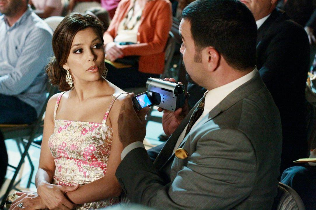 Noch ist alles in Ordnung, doch die Schulaufführung von Juanita endet für Gabrielle (Eva Longoria, l.) und Carlos (Ricardo Antonio Chavira, r.) ziem... - Bildquelle: ABC Studios