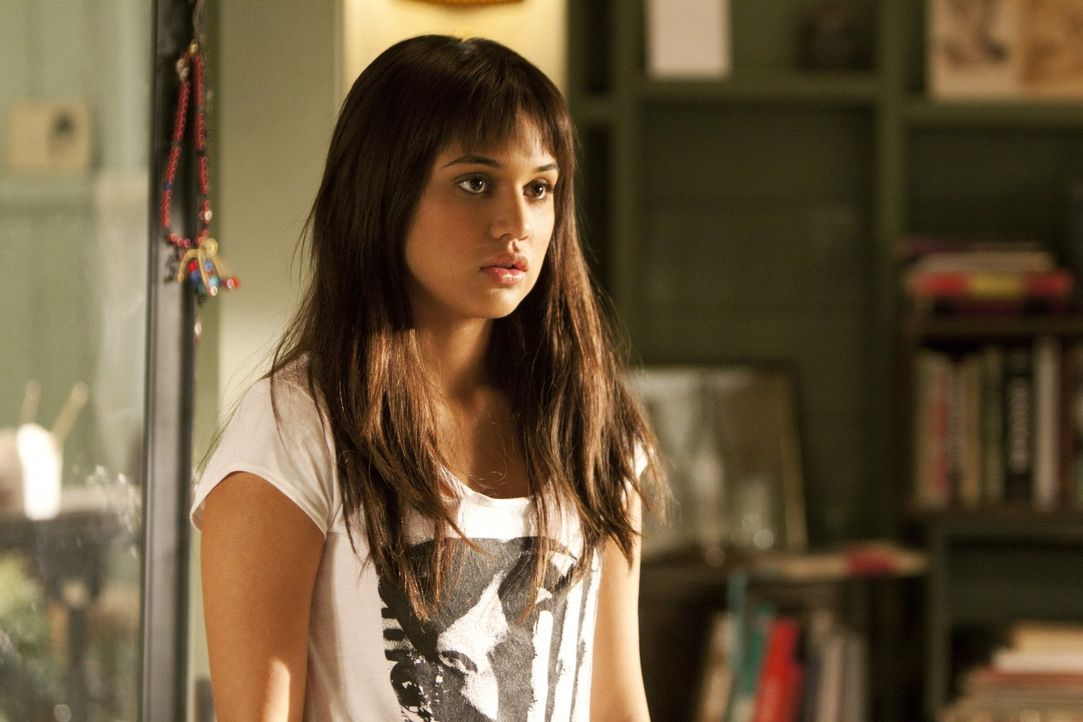 Leila (Summer Bishil) ist verzweifelt: sie möchte in Los Angeles bleiben ... - Bildquelle: TM &   2011 CBS Studios Inc. All Rights Reserved.