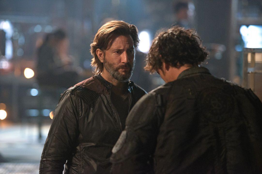 Kane (Henry Ian Cusick, l.) ahnt, dass er Bellamy (Bob Morley, r.) nicht mehr über den Weg trauen kann, während Octavia verzweifelt die nächste Kata... - Bildquelle: 2014 Warner Brothers