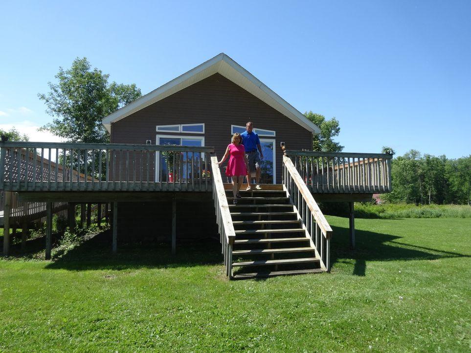 Auf der Suche nach einem Haus am See - Immobilienmaklerin Amanda Miller schlägt Dorena (l.) und Mark (r.) Eagle's Landing mit seinem großen Grundstü... - Bildquelle: 2015,HGTV/Scripps Networks, LLC. All Rights Reserved