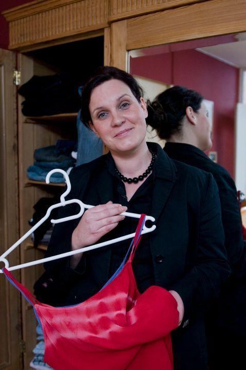 Dorothea will mit ihrer 15-jährigen Tochter in die Disco und hat dafür nichts Passendes zum Anziehen. - Bildquelle: Martin Menke Sat.1
