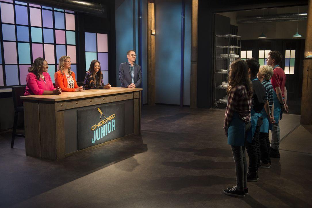 Vier Juniorköche treten vor die Chopped-Jury (v.l.n.r.) Tiffany Derry, Amanda Freitag und Tia Mowery, um ihre Kochkünste zu beweisen, aber nur einer... - Bildquelle: Scott Gries 2015, Television Food Network, G.P. All Rights Reserved