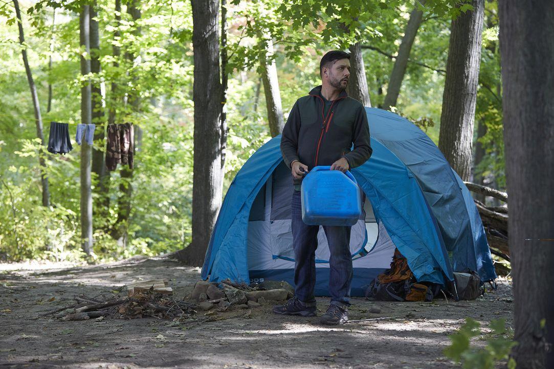 Eigentlich wollte Trevor Resayas (George Stroumboulopoulos) im Wald nur seiner Arbeit nachgehen, doch dann wird er angegriffen. Hat der junge Alexei... - Bildquelle: 2016 She-Wolf Season 3 Productions Inc.