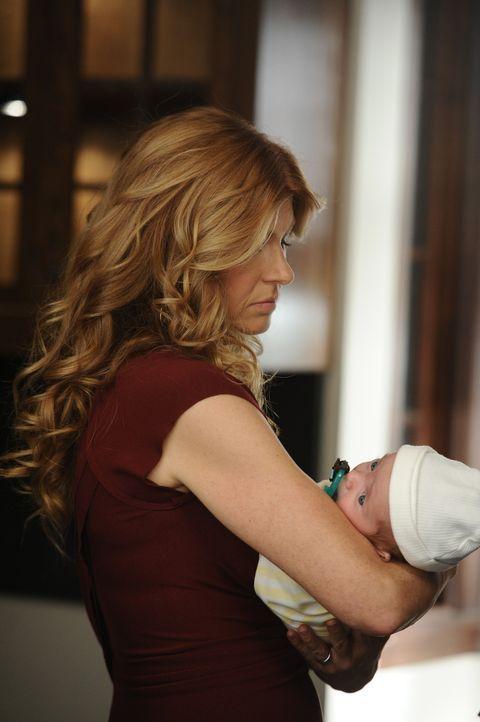Vivien (Connie Britton) kümmert sich um Noras Baby, weil diese völlig überfordert ist ... - Bildquelle: 2011 Twentieth Century Fox Film Corporation. All rights reserved.