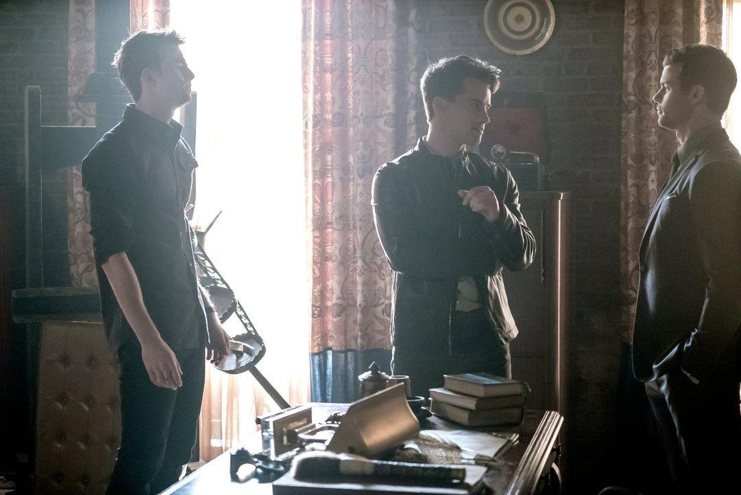 Finns Rückkehr bringt Kol (Nathaniel Buzolic, l.) so aus der Fassung, dass Davina einen Plan fasst, um ihm zu helfen, während sich Lucien (Andrew Le... - Bildquelle: Warner Bros. Entertainment, Inc.