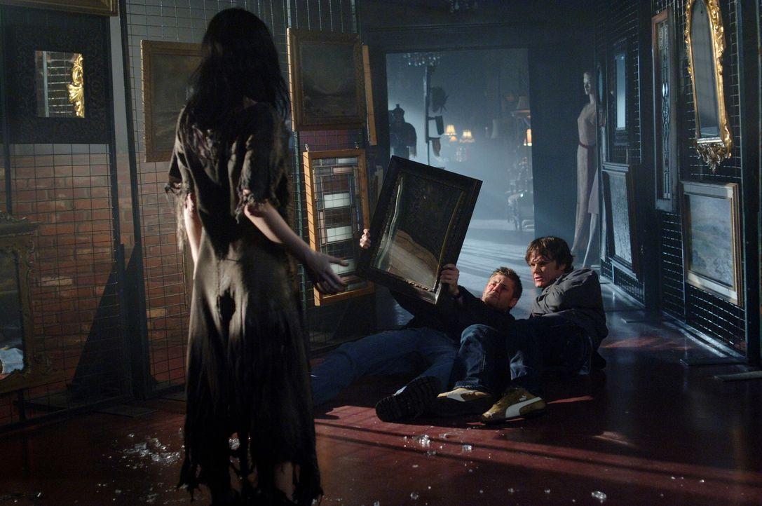 Sam (Jared Padalecki, r.) und Dean (Jensen Ackles, M.)  stoßen auf das verborgene Geheimnis von Bloody Mary (Jovanna Huguet, l.) und müssen schnell... - Bildquelle: Warner Bros. Television