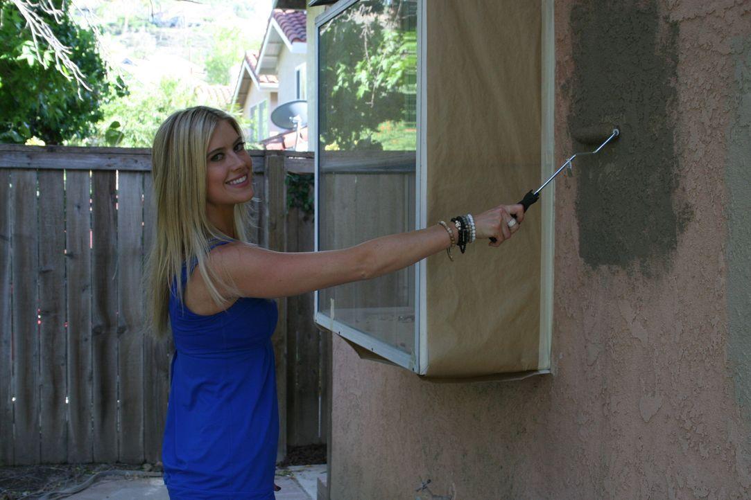 Christina El Moussa verpasst der Fassade einen neuen Anstrich ... - Bildquelle: 2014,HGTV/Scripps Networks, LLC. All Rights Reserved