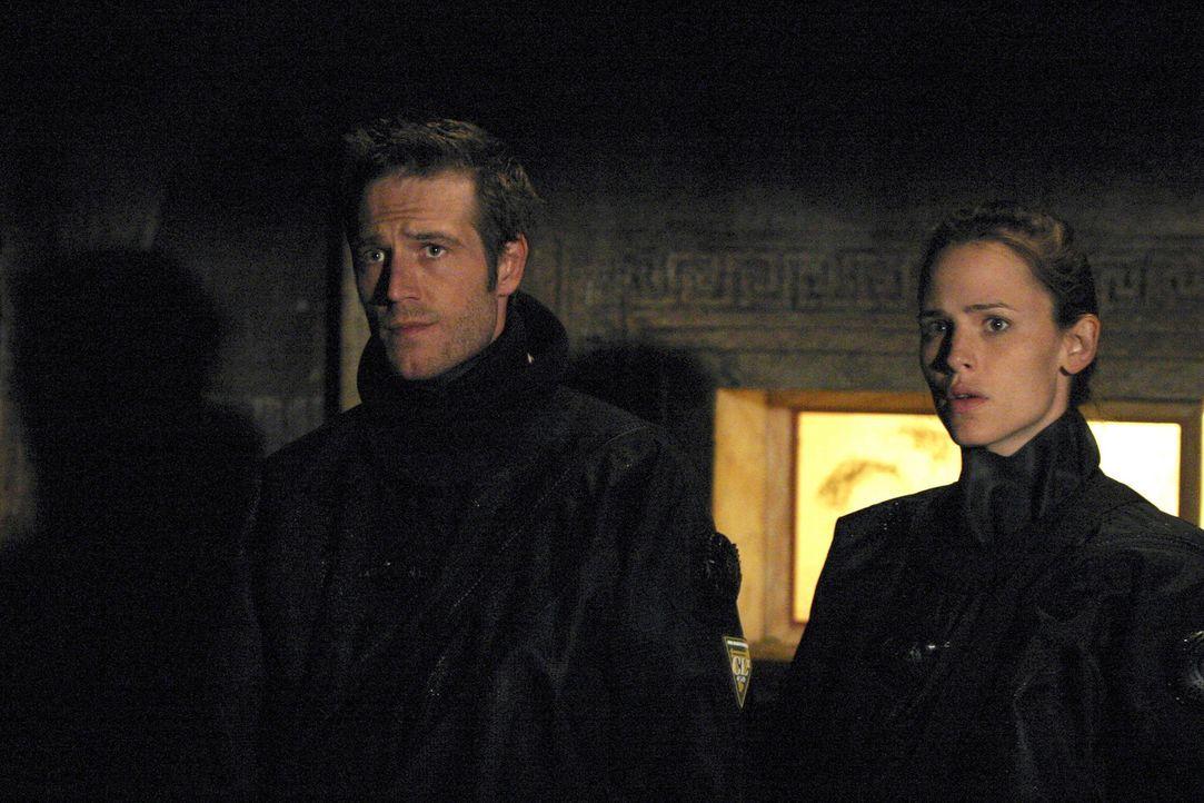 Sydney (Jennifer Garner, l.) und Vaughn (Michael Vartan, r.) erfahren von Kishell, einem Kontaktmann, dass Rambaldis Kästchen eine Biowaffe enthalt... - Bildquelle: Touchstone Television