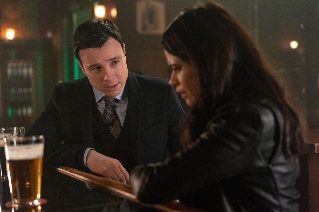 Harry Greenwood (Rupert Evans, l.); Mel Vera (Melonie Diaz, r.) - Bildquelle: Colin Bentley 2019 The CW Network, LLC. All Rights reserved.