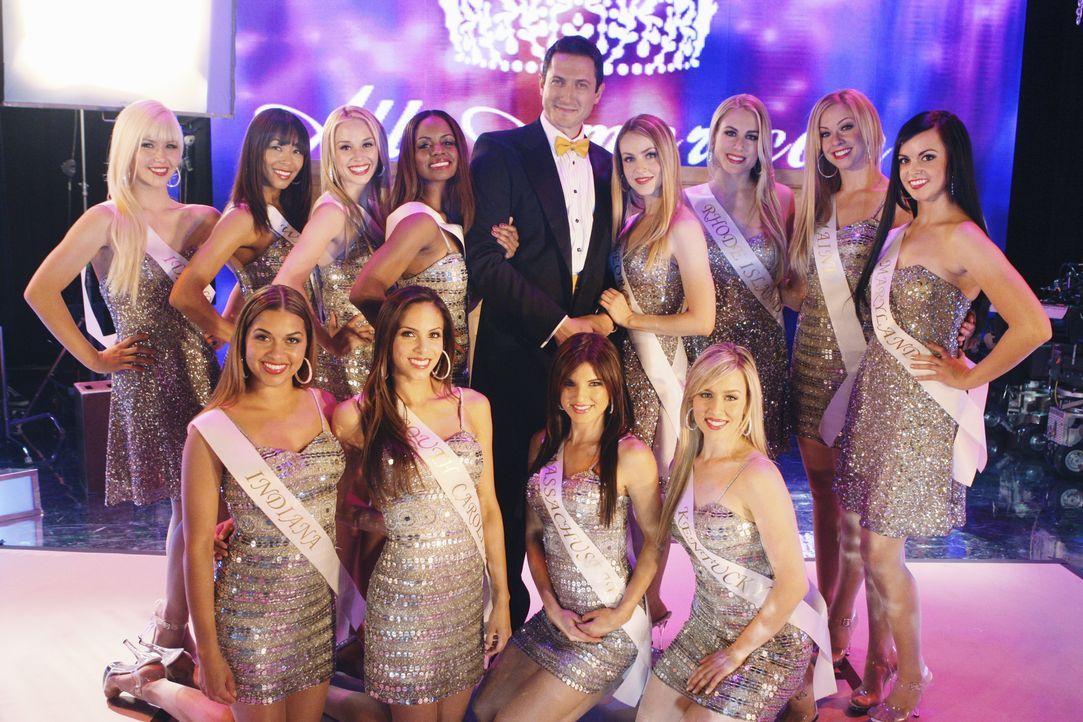 Die Show muss weitergehen: Bobby Stark (Sasha Roiz, hinten M.) und die Teilnehmerinnen eines populären Schönheitswettbewerbes ... - Bildquelle: ABC Studios