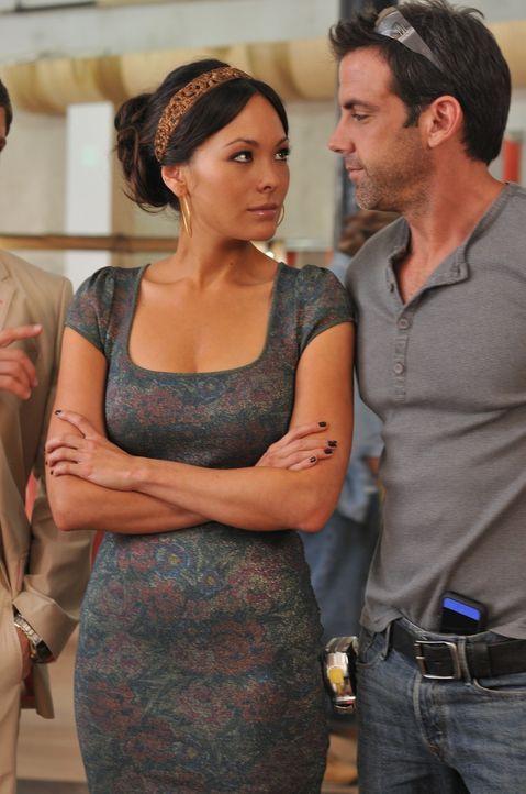 Während Nico viele Sorgen mit sich herumträgt, geht es zwischen Victory (Lindsay Price, l.) und ihrem Handwerker Rodrigo (Carlos Ponce, r.) heiß und... - Bildquelle: NBC, Inc.