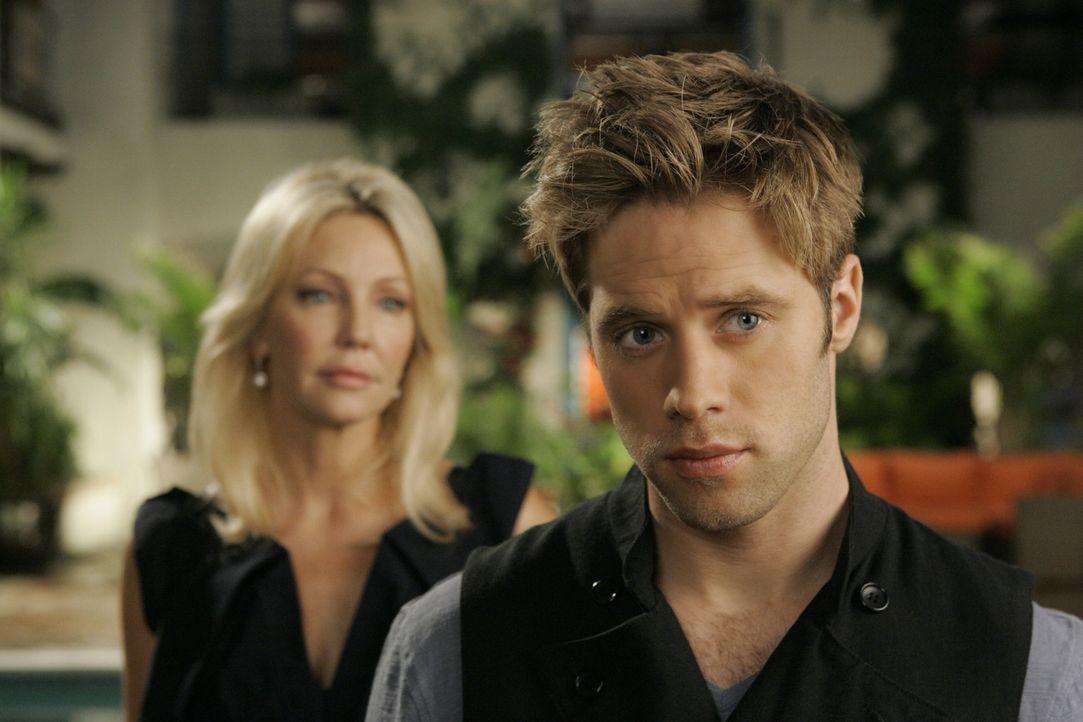 Nettigkeit zieht nicht - aber Amanda (Heather Locklear, l.) hat auch kein Problem damit, David (Shaun Sipos, r.) zu drohen, um ihn auf ihre Seite zu... - Bildquelle: 2009 The CW Network, LLC. All rights reserved.