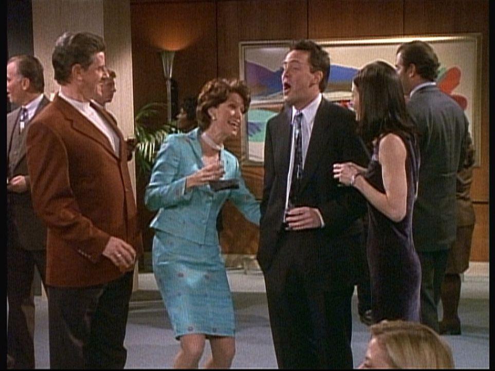 Chandler (Matthew Perry, 2.v.r.) lässt sich von der Frau seines Chefs (Lise Simms, 2.v.l.) begrabschen. - Bildquelle: TM+  2000 WARNER BROS.