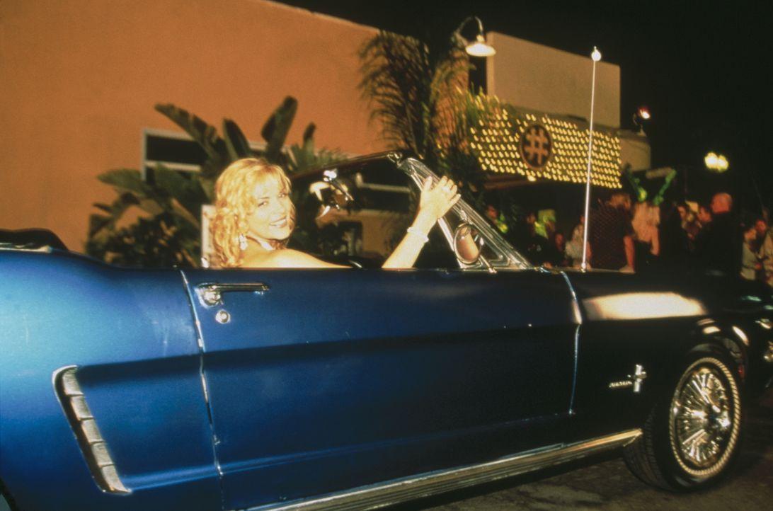 In der Hitze von L. A. und einem schicken Mustang fühlt sich Sam (Kim Cattrall) besonders reizvoll. - Bildquelle: Paramount Pictures