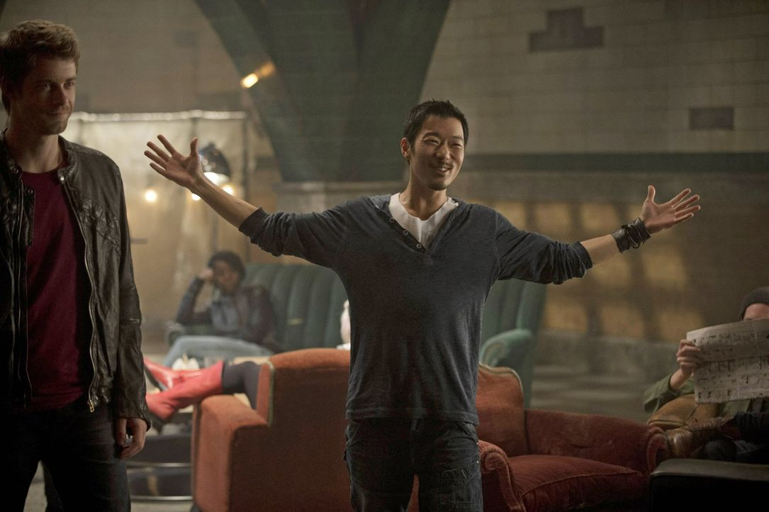 """Noch glauben John (Luke Mitchell, l.) und Russell (Aaron Yoo), dass sie  """"Ultra"""" einen Schritt  voraus sind ... - Bildquelle: Warner Bros. Entertainment, Inc"""