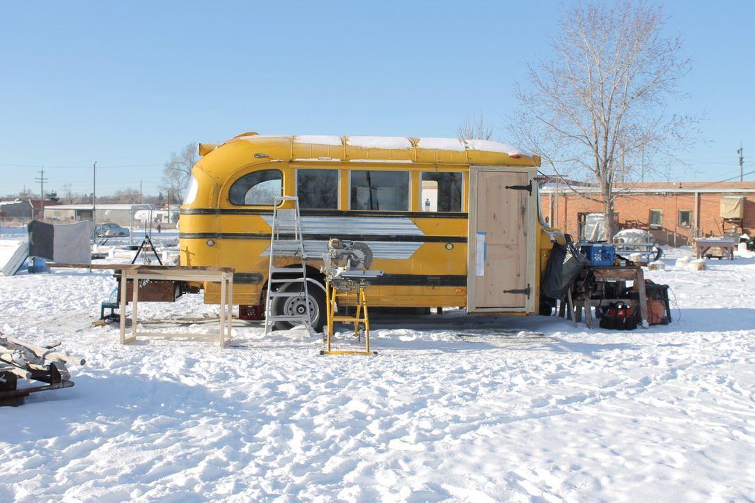 Zeitdruck zwingt Jason und Blair dazu, sogar an den kalten, verschneiten Wintertagen an ihrem Bus-Haus zu arbeiten ... - Bildquelle: 2017, HGTV/Scripps Networks, LLC. All Rights Reserved.