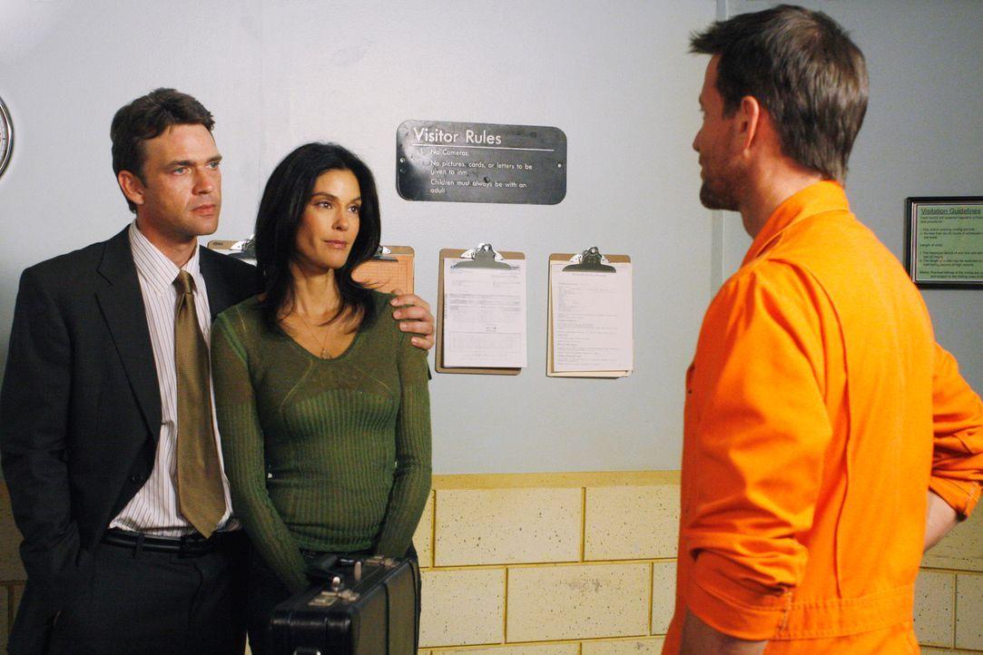 Susan (Teri Hatcher, M.) hat von Zachs Erbschaft erfahren und fleht Gabrielle an, noch einmal mit ihm auszugehen, damit Zach als Gegenleistung einen... - Bildquelle: 2005 Touchstone Television  All Rights Reserved