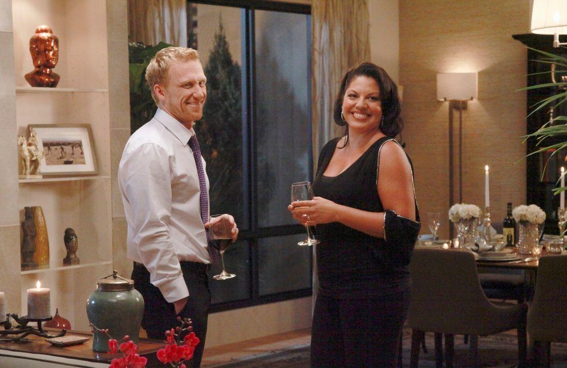 Genießen die Dinner-Party bei Teddy: Owen (Kevin McKidd, l.) und Callie (Sara Ramirez, r.) ... - Bildquelle: ABC Studios