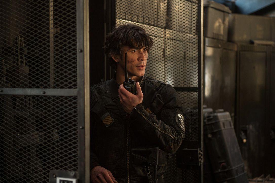 In Arkadia suchen Bellamy (Bob Morley) und seine Freunde nach Hinweisen auf die letzte Person, die Alie noch stoppen kann, während Alie bereits in P... - Bildquelle: 2014 Warner Brothers