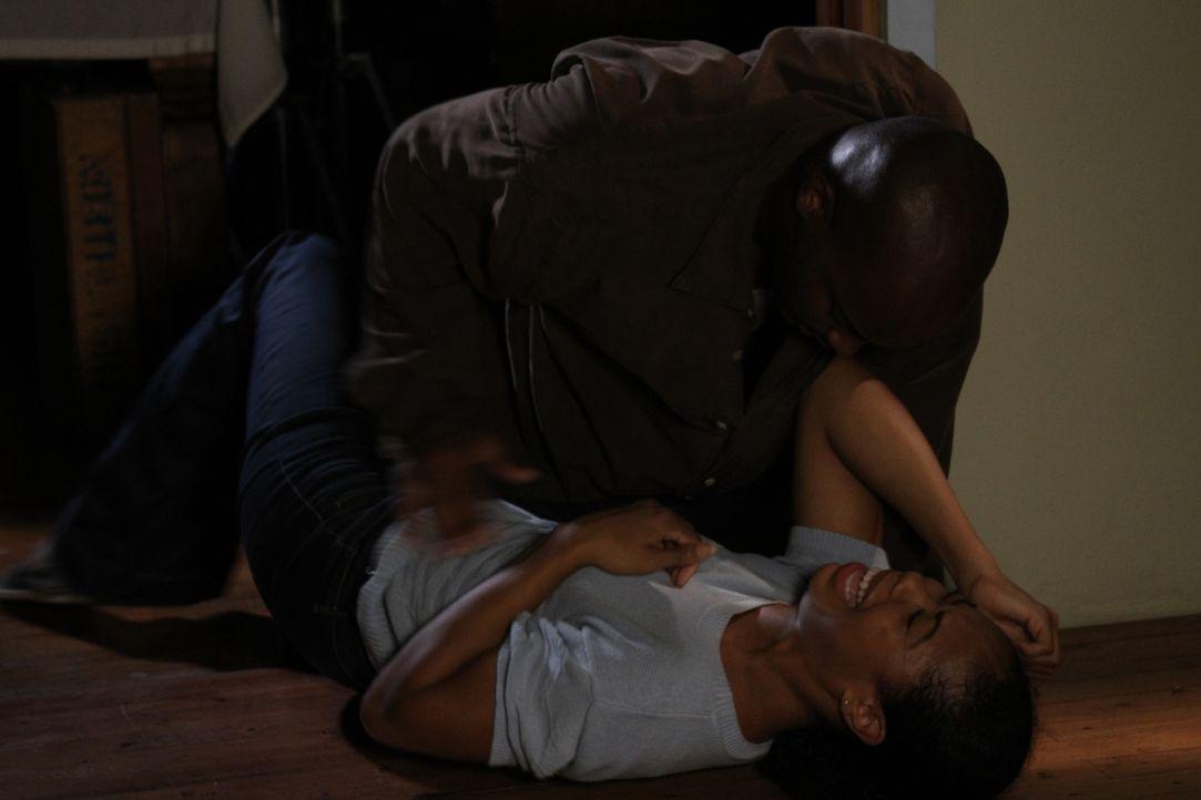 Als der Partner (oben) ihrer Mutter (unten)  immer regelmäßiger gewalttätig wird, möchte Melissa ihre Mutter beschützen und schlägt zurück. Die Mutt... - Bildquelle: MMXIV LMNO Cable Group, Inc.