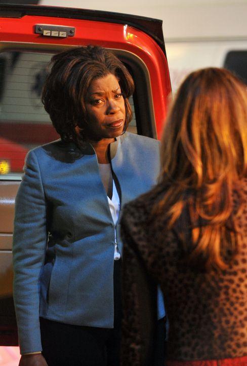 Chief Angela Martin (Lorraine Toussaint, l.) berichtet Megan (Dana Delany, r.), was sie über die Ursache des Flugzeugabsturzes bisher weiß. - Bildquelle: 2013 American Broadcasting Companies, Inc. All rights reserved.
